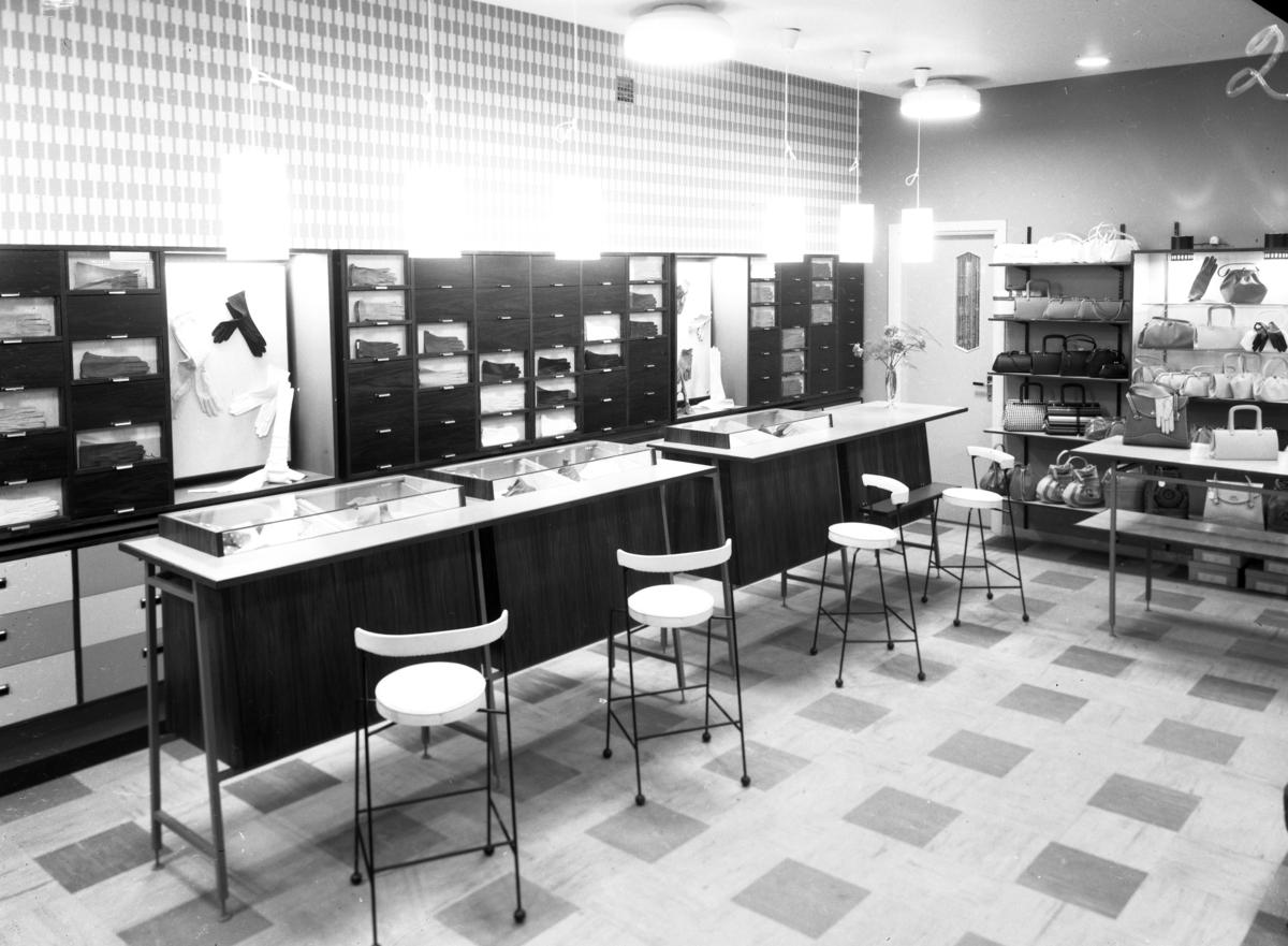 Interiörbild från butiken HandskCentrum på Västra Storgatan i Jönköping den  9 april 1958.