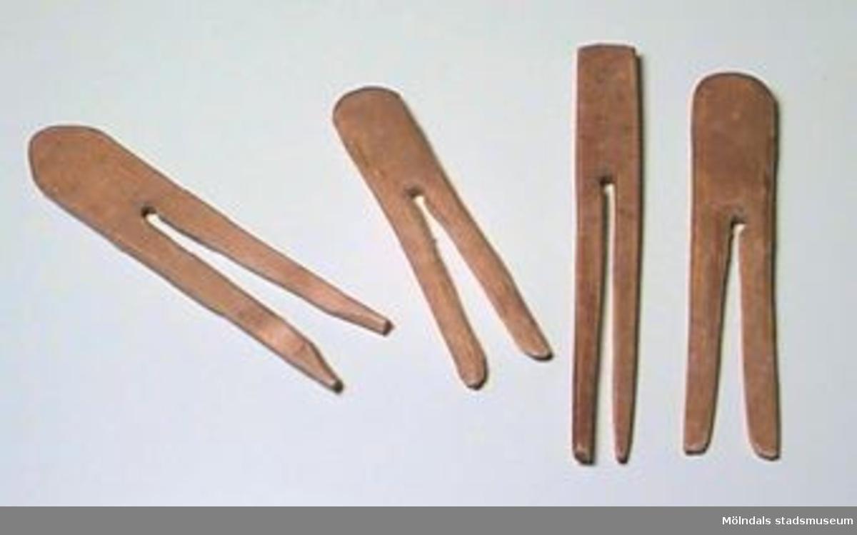 12 stycken handskurna klädnypor, av trä.