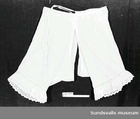 Benkläder i vit bomull med hålsöm.