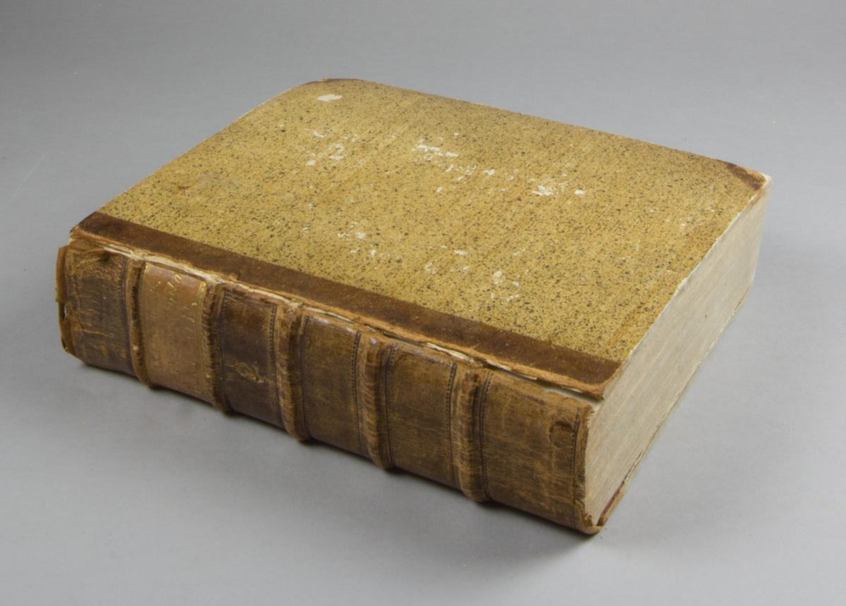 """Bok, halvfranskt band: """"Lexicon latino-svecanum. Latinsk och swensk ord-bok. På konungens befallning utgifwen af academien i Upsala. [D. 2], [M-Z] """" skriven av Lindblom, J. A. (Jacob Axelsson), tryckt hos Joh. Edman och utgiven av Akademien i Uppsala 1790.  Bandet med blindpressad rygg, upphöjda bind och med ljus guldornerad och blindpressad titeletikett. Pärmen klädd i stänkt papper. Med stänkta snitt. Pärmen med Carl-Otto von Sydows exlibirs och med signatur: """"Jnd. Sundeman"""". Försättsbladet med signatur: """"C.O. von Sydow""""."""