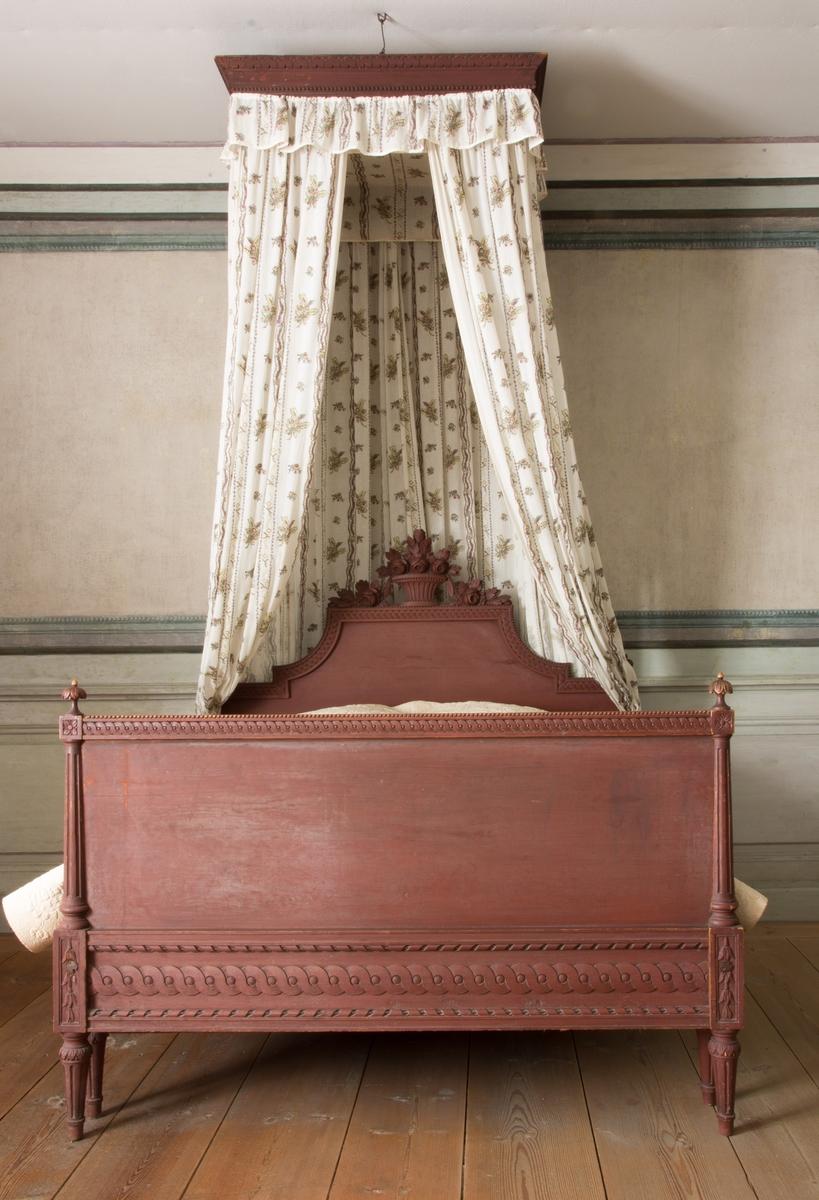 Sängklädsel till säng bestående av sex lösa delar och en fast monterad himmel. Tillverkad av fabriksvävt tunt tuskaftat bomullstyg, vitt med tryck i brunt, gult, gröngult och brunrosa. Motiv: två olika omväxlande bårdränder med ränder med strödda blombuketter emellan. Klädseln består av ett bakre förhänge, två sidohängen med omtag, en rynkad kappa fäst på himmeln. På sänghimmelns undersida sitter en fyrkant av tyget och runt den en rakt nedhängande kappa, innanför den rynkade kappan. Omtagen, förhängena och kapporna kantade med beige band.