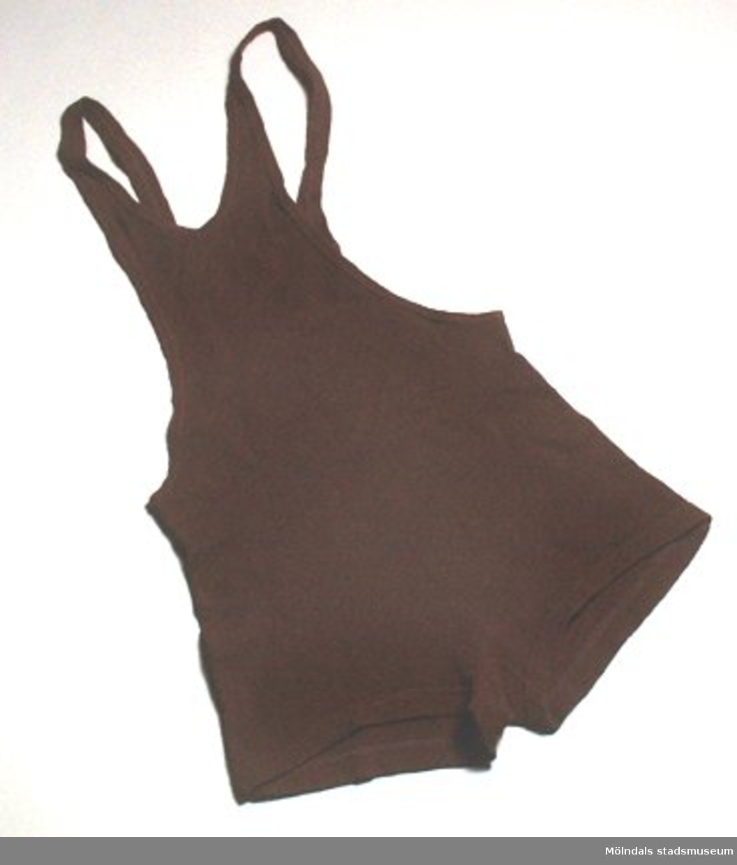 En brun herrbaddräkt i ylle. Låg tillsammans med klädpåse (MM03434) med dateringen 14:e oktober 1937.