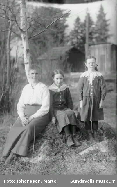 Kvinna och två flickor.
