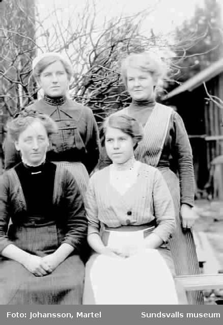 Porträtt.  Fyra kvinnor utomhus. Ev. Systrarna Märta, Sigrid och Hanna Persson.