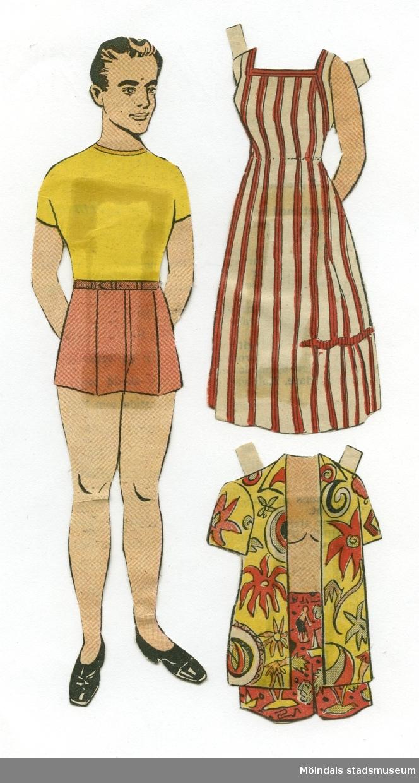 """Pappersdocka med kläder, urklippta ur Hemmets Veckotidning på 1950-talet. Dockan föreställer en man, iklädd t-shirt och shorts. På urklipp, fasttejpat på baksidan, står: """"Här återkommer pappan i den trevliga dockfamiljen, vars söta unga mamma var införd i n:r 28. I nästa n:r får han en sommardress"""".Garderoben består av en hawaiiskjorta och mönstrade bermudashorts. På fasttejpat urklipp står: """" En lätt sommarklänning får dockfamiljens söta mamma, som var införd i föregående n:r. I nästa n:r införs familjens trevliga pappa!"""", samt en klänning till """"dockfamiljens mamma""""; på baksidans urklipp står: """"Dockfamiljens pappa, som var införd i förra numret, får den här roliga moderna strandkostymen. I nästa n:r införs familjens barn."""" (Urklippen förefaller förväxlade.)Docka och kläder förvaras i ett litet kuvert av smörpapper (MM 04624-2) med tryckt text: """"113 Hedvall"""", samt handskrivet: """"Hemmets Veckotidningen, Pappersdockor"""". I kuvertet förvaras även andra pappersdockor och kläder (MM 04624-04635)."""