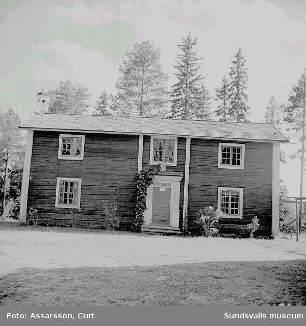 """Gammal  mangårdsbyggnad,"""" nu Vandrarhem på Hembygdsgårdens  område."""" / Assarsson Curt                      Okt. 1962"""