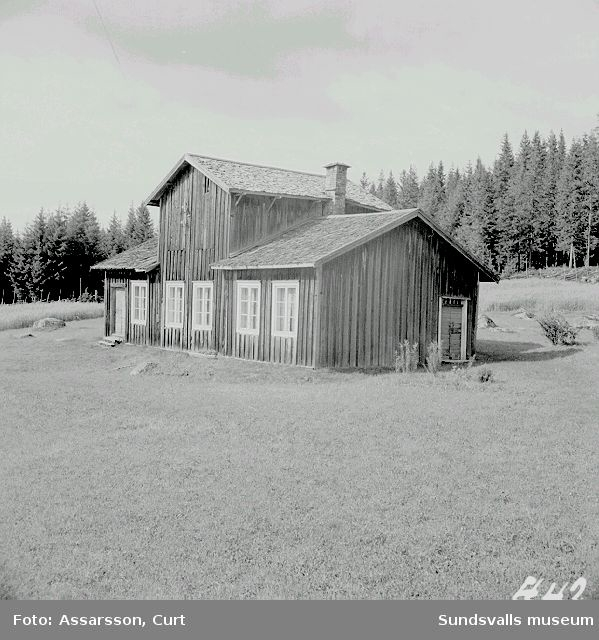 Egendomligt byggd mangårdsbyggnad från 1800-talets mitt, hos hemmansägare J. Sjödin i Norrhassel.