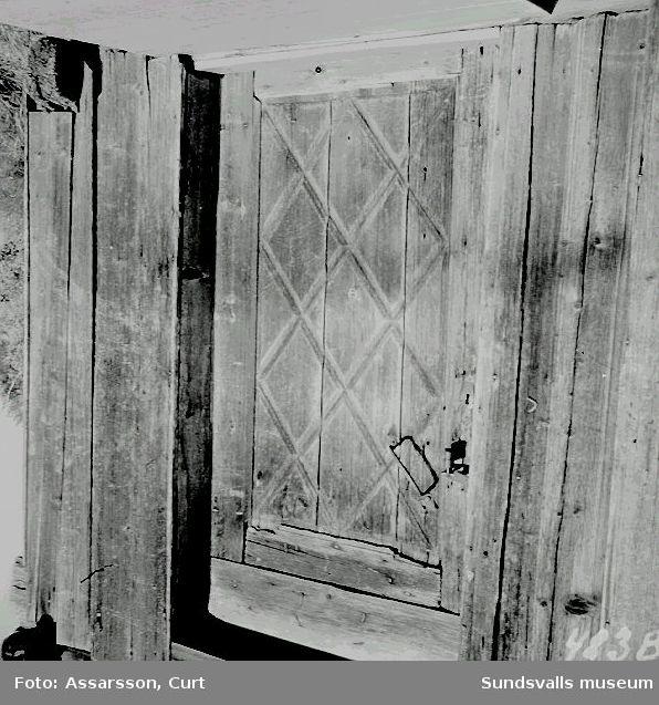 Gammal 4-knutsbyggnad i Hällsjö och den skurna dörren.