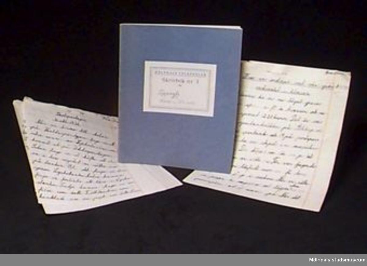 """:1 Blå skrivbok med linjerade sidor. På omslaget en etikett med tryckt text: """"MÖLNDALS FOLKSKOLOR/Skrivbok n:r 3 för"""" samt skrivet med bläck: """"Uppsats. för Rune Olsson"""". Inuti boken finns en bild ur en tidning klistrad.Mått: L 206 mm, B 171 mm, H 2 mm.:2 Två linjerade blad, det ena troligen rivet ur skrivbok, det andra med hål för att kunna sättas i pärm. Ihopsatta med knappnål. Text skriven med bläck och rödpenna. Mått: L 214 mm, B 200 mm.:3 Två linjerade blad, med hål för att kunna sättas i pärm. Ihopsatta med knappnål. Text skriven med bläck och rödpenna.Mått: L 214 mm, B 200 mm.Givaren gick hela sin skoltid i Toltorpsskolan."""