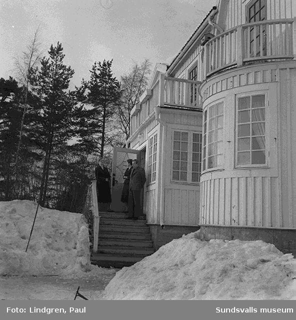 Hemmahosreportage hos läkarfamilj med bostad och mottagning i samma byggnad i Stavreviken.