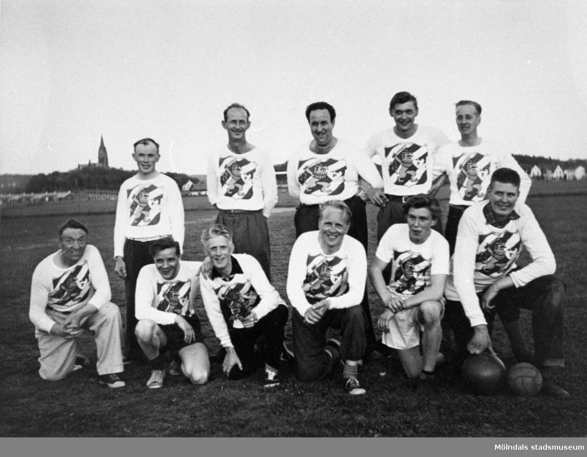 Gruppbild av Papyrus fotbollslag 1955 vid bollplanen på Jungfruplatsen. Nr 5 fr.v i övre raden är Göran Samuelsson. Nr 3 fr.v i nedre raden är Torsten Hagstedt. Nr 6 fr.v är Olle Johansson (Långe Olle).