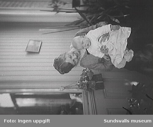 Förmodligen Dora Louise (Puss)i Norström med något av barnen. Pussi var gift med direktören vid Skönvik, Karl Fredrik Lennart Nordström.