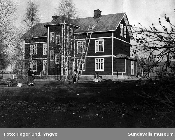Ingeborg Lodell och Zacharias och Emmy Sohlström sysselsatta med trädgårdsarbete, Förmansbostad 2, Ljungaverk.