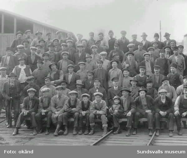 Grupporträtt med arbetare vid Heffners sågverk. Mannen med käpp t v är Knut Svensson, född 1901.