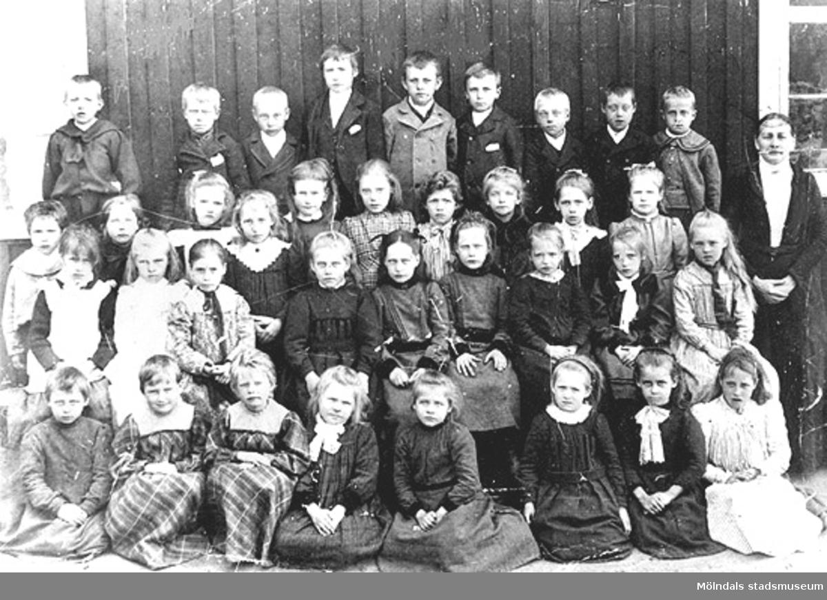 Gamla Kyrkskolan i Lindome i början av 1900-talet. Lärarinnan hette Fina?