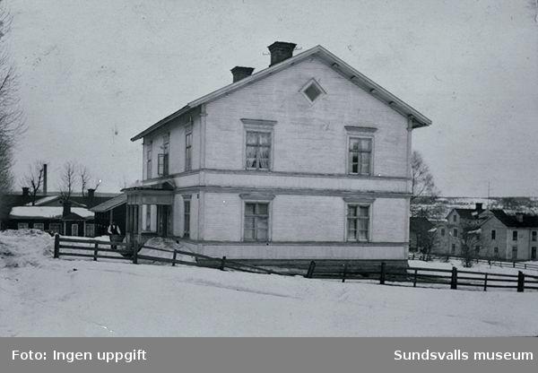 Hus vid Carl Petterssons väg alldeles vid järnvägen. Huset finns kvar (1986), nu gulmålat, och det ligger snett emot Kubikenborgs småskola.