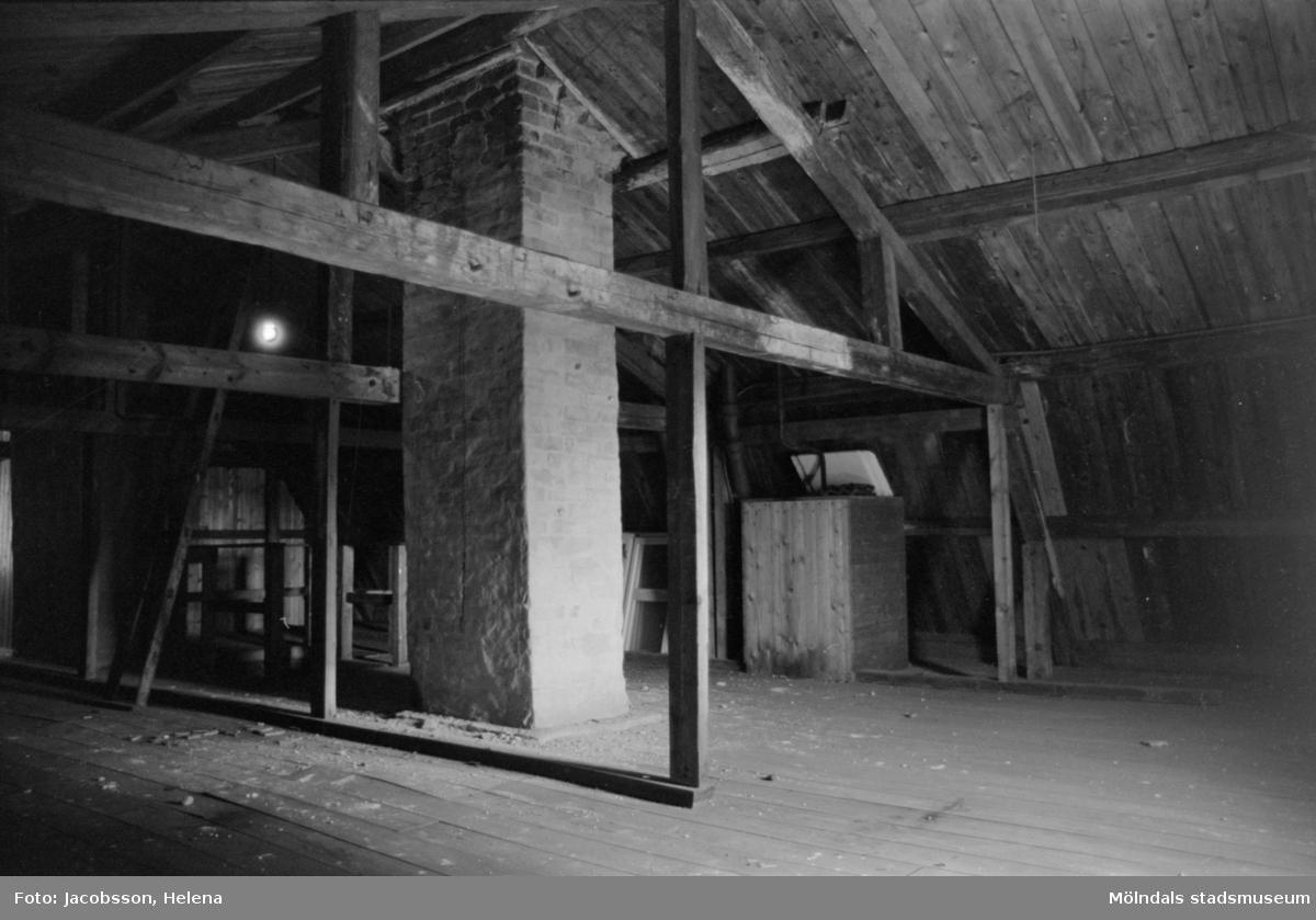 """Kvarnfallet 24 vid Götaforsliden i Mölndals Kvarnby. Mangårdsbyggnad (bostad) till kvarn.  Interiör: vindsloft, träkonstruktion, """"takstolar""""."""