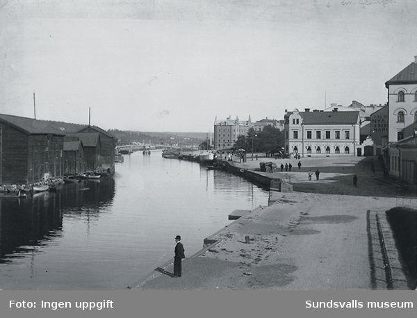 Selångersån med Fisktorget på höger sida och magasinen på Norrmalm till vänster.