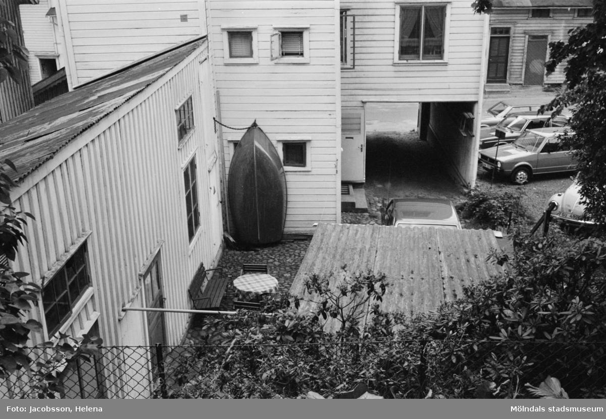 Roten M 1 i Mölndals Kvarnby. Exteriörbild av bostadshus.