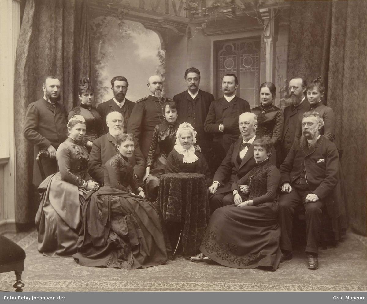 familiegruppe, menn9, kvinner8, sittende og stående helfigur