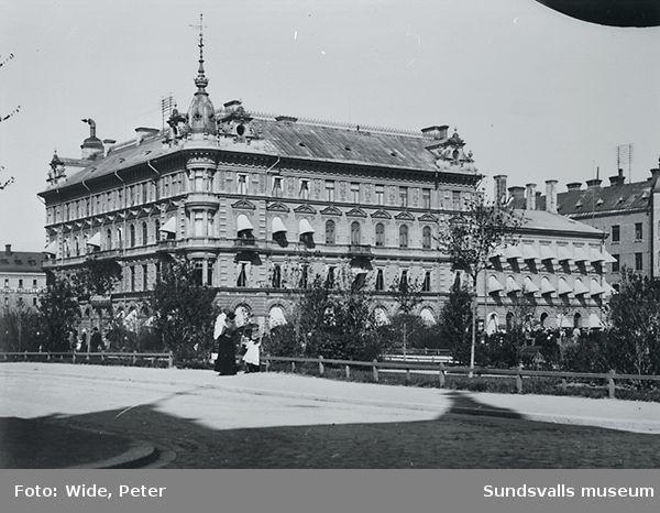 Esplanaden i förgrunden med Kihlmans och Wesséns hus efter Storgatan med många markiser. 6 maj 1900.