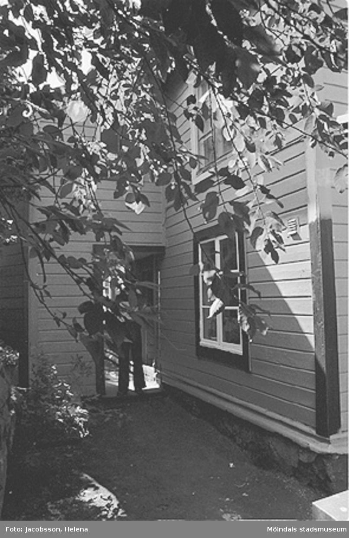 Exteriörbild av bostadshus på Roten M 33 i Mölndals Kvarnby, 1972.