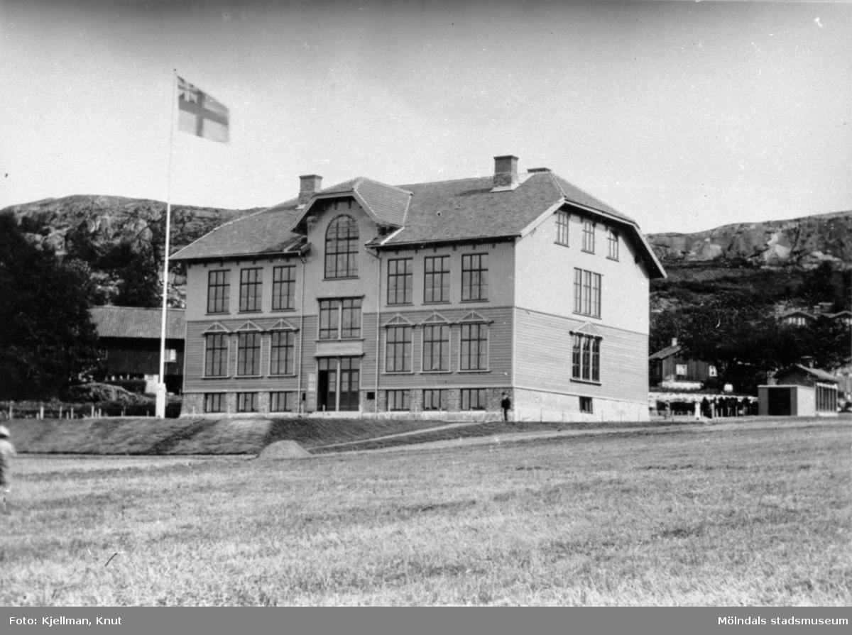 Trädgårdsskolan med unionsflagga i början av 1900-talet.Huset är numera rivet.