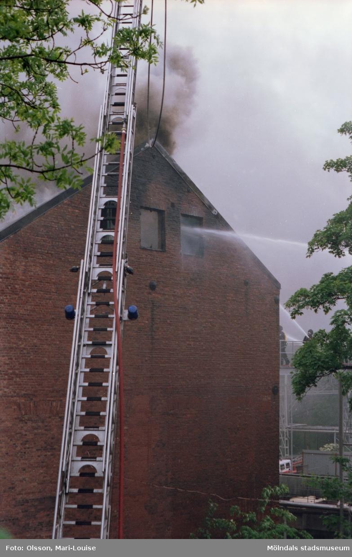 Soab-branden i Stora Götafors den 4 juni 1986. Stege som försvinner upp i röken.