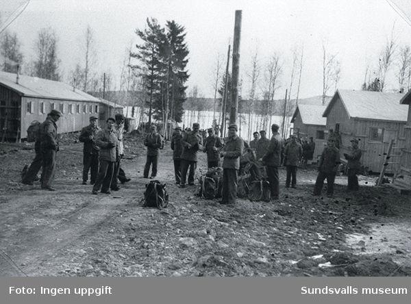 """Bild från polistruppslägret i Bäckehagen utanför Falun .""""Vi er klar til avreise till Baggböle, uken etter Påske 1944."""" (Einar Lian, Trondheim, februari 1989)"""