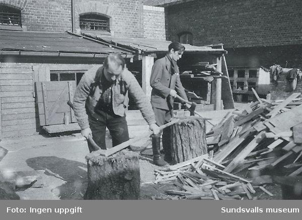 """""""Slik begynner vi med nazister. Nå må frontkjempere og lensmenn hugge ved."""" (Bildtext i fotoalbum. Ägare Emil Tessem, Steinkjer.)Trondheim i maj 1945."""