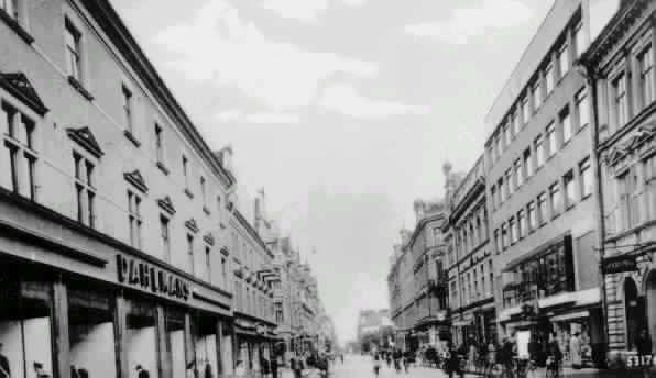 """Dahlmans varuhus till vänster. Storgatan mot söder. Text på vykort """"SUNDSVALL. Storgatan."""""""