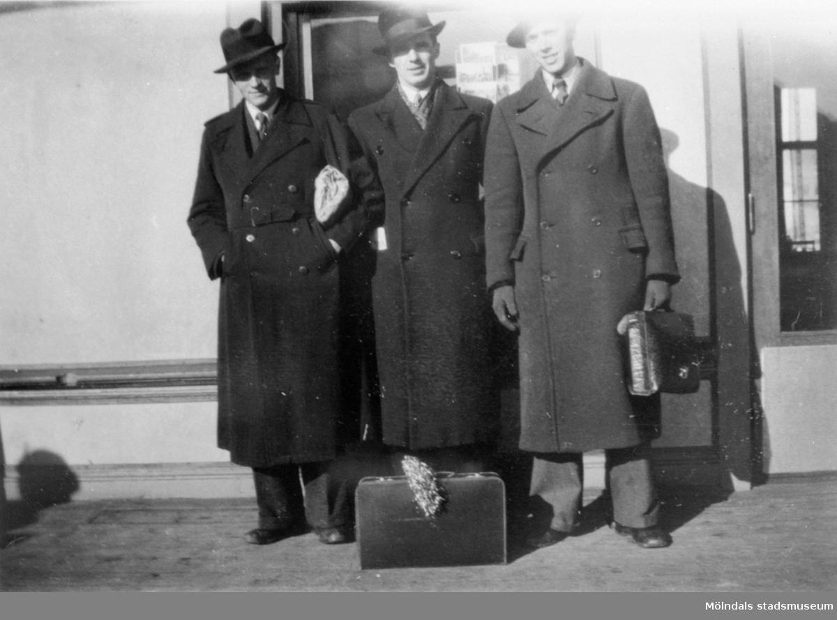 Tre välklädda män i hatt och överrock. Stockholm 1930-1940-tal.