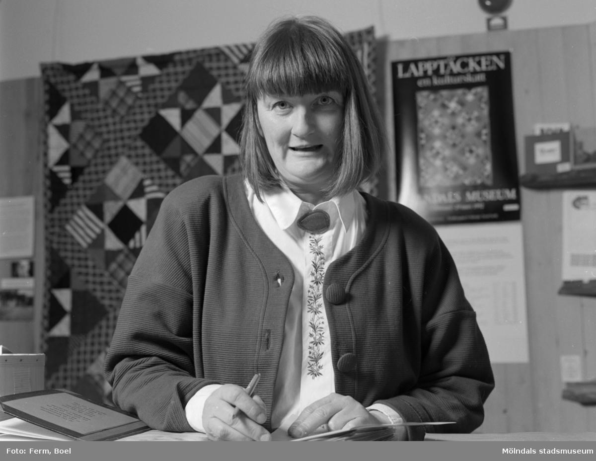 """Mari-Louise Olsson (museichef 1987-2008). Interiör från Mölndals Museums utställning """"Lapptäcken, en kulturskatt"""" 1 feb - 29 mars 1992."""