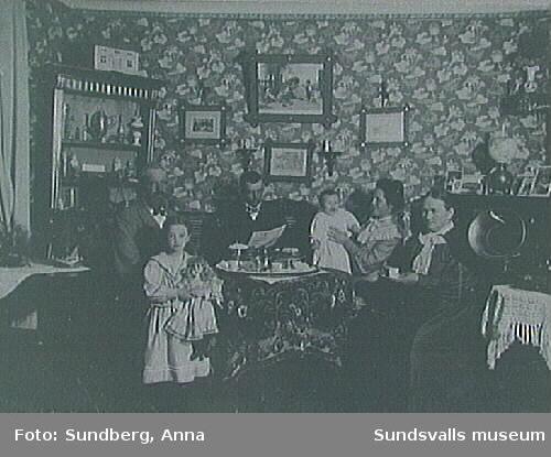 Norrmannen Olsén, slipmästare i Matfors, Gunhild Muhr (barnbarn), Adolf Muhr, hans fru Lina Muhr (född Olsén), med lilla Gunborg samt fru Olsén.