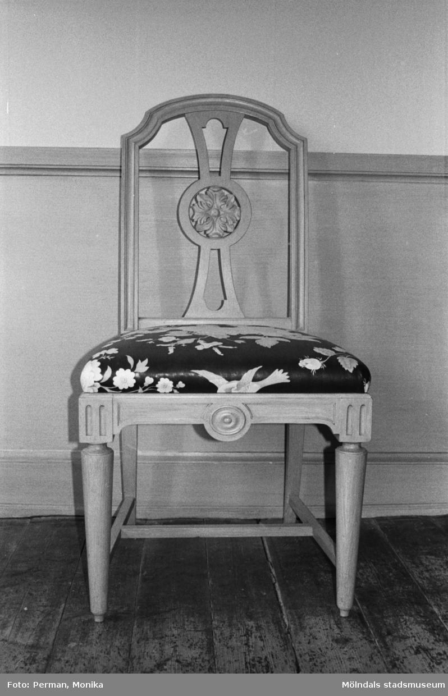 Antikvarisk storstädning på Gunnebo slott 1992. En stol som står utmed en väggpanel.