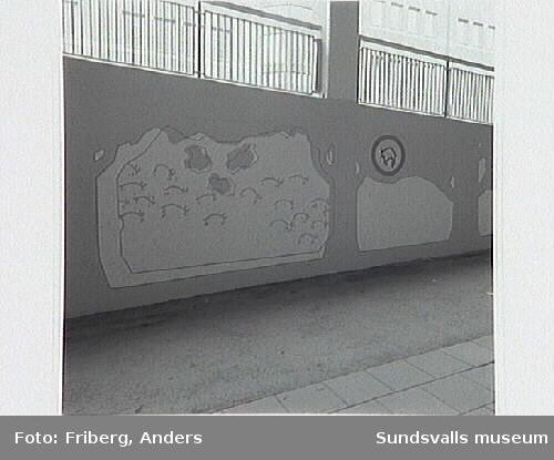 Offentlig utsmyckning i gångtunnel under Skolhusallén vid kv Fliten, utförd av konstnärsgruppen Lustrum: Mia Forsgren, Cecilia Korp, Katarina Sundkvist, Nina Svensson.