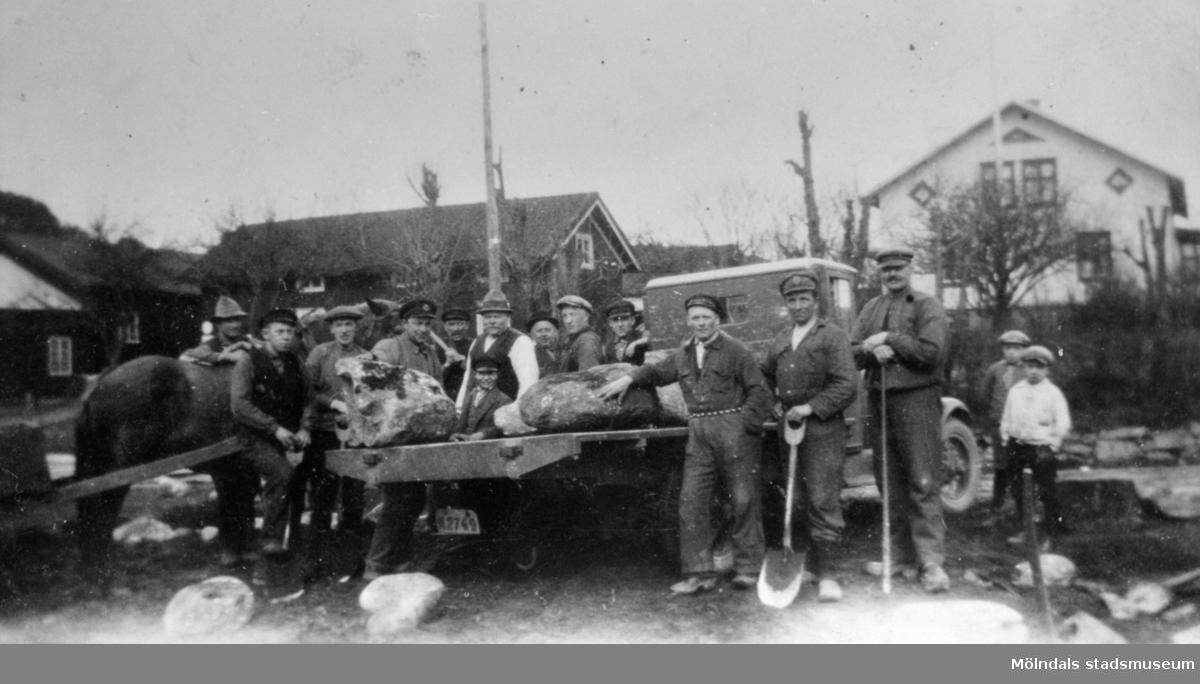 AK-arbete eller beredskapsarbete vid  ett vägarbete i Hällesåkers by, 1930-talet.  Arvid Svensson står och håller en sten på flaket. Resten av arbetarna är okända för givaren.