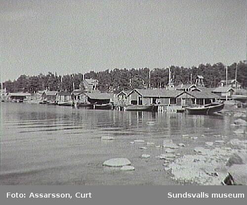 Spikarna, Alnö. Sjöbodar och sommarhusbebyggelse på Skorven-sidan.