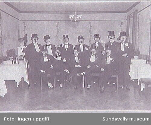 Föreningsmedlemmar utklädda till män på fest.Repro ur fotoalbum tillhörande Sundsvalls Martha-föreningen-Hem och samhälle, inånat genom Britta Stattin. Repro ur acc. 474.