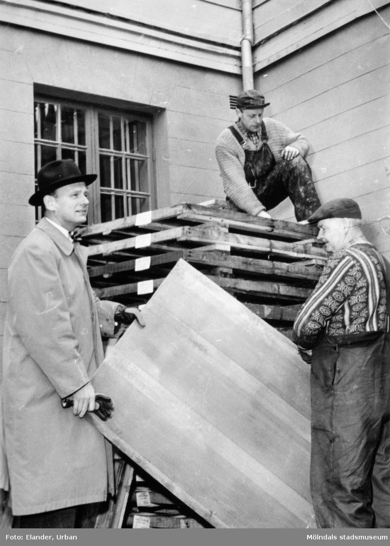 Tre män som utför renoveringsarbete vid Gunnebo slott den 24 oktober 1957.