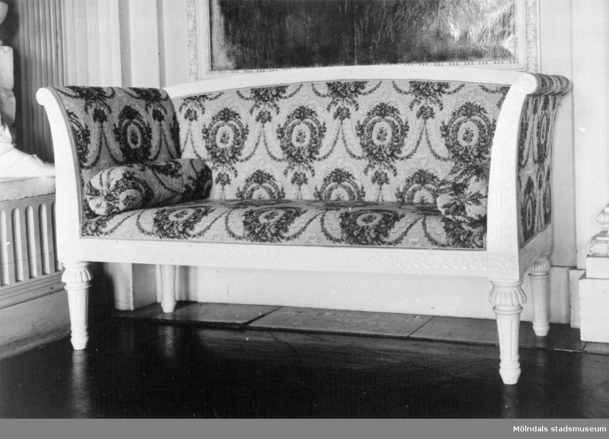 Soffa, tillhörande bild: 1995_0990. Gunnebo slott 1930-tal.