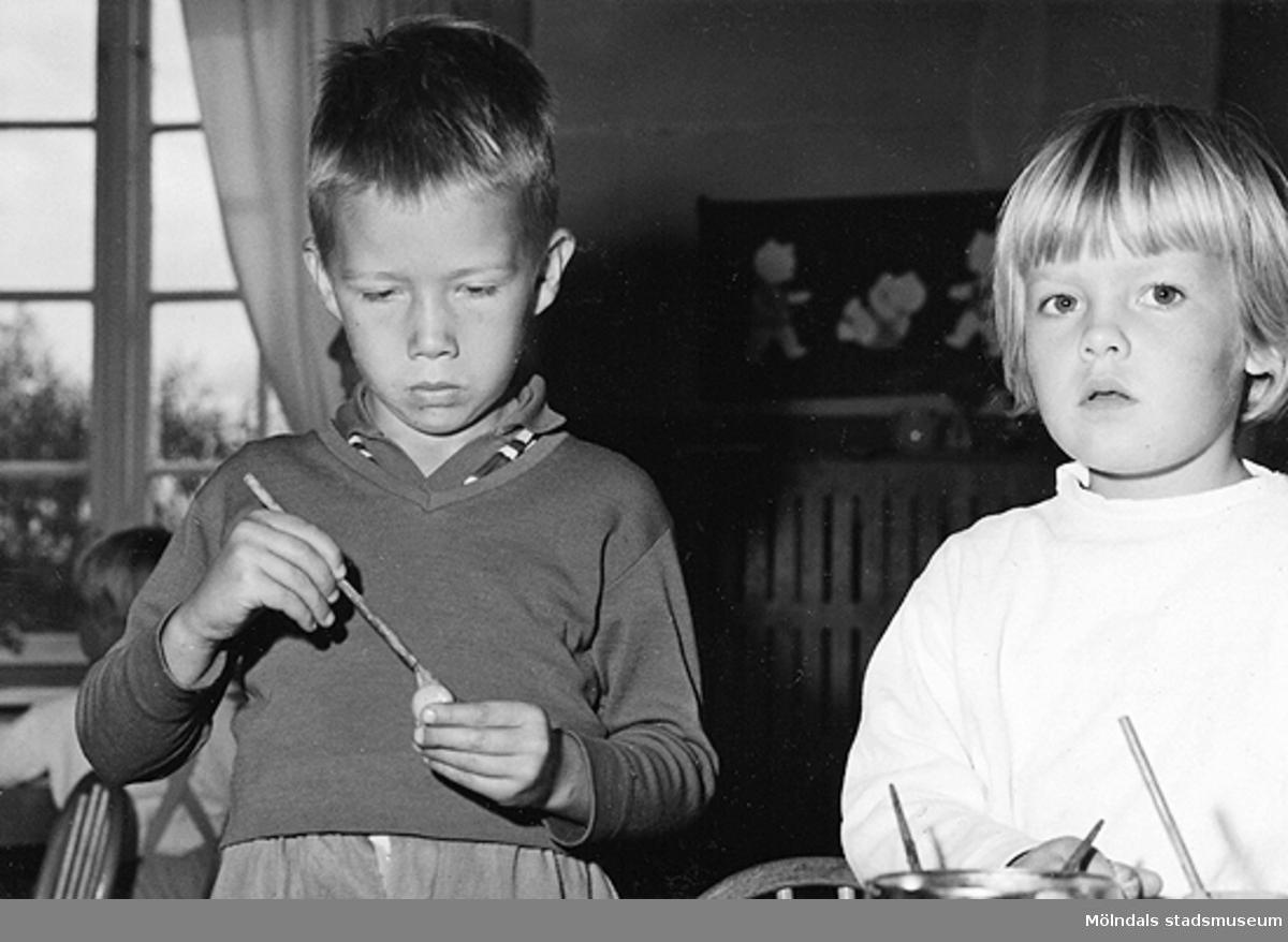 Två barn som pysslar. Holtermanska daghemmet 1953.
