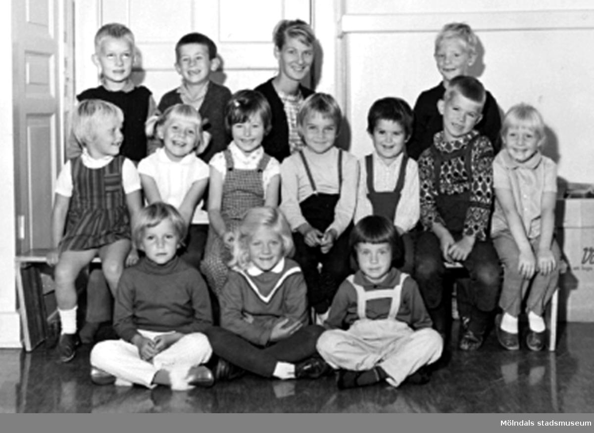 Grupporträtt på lärarinnan och alla barnen vid Holtermanska daghemmet 1953.
