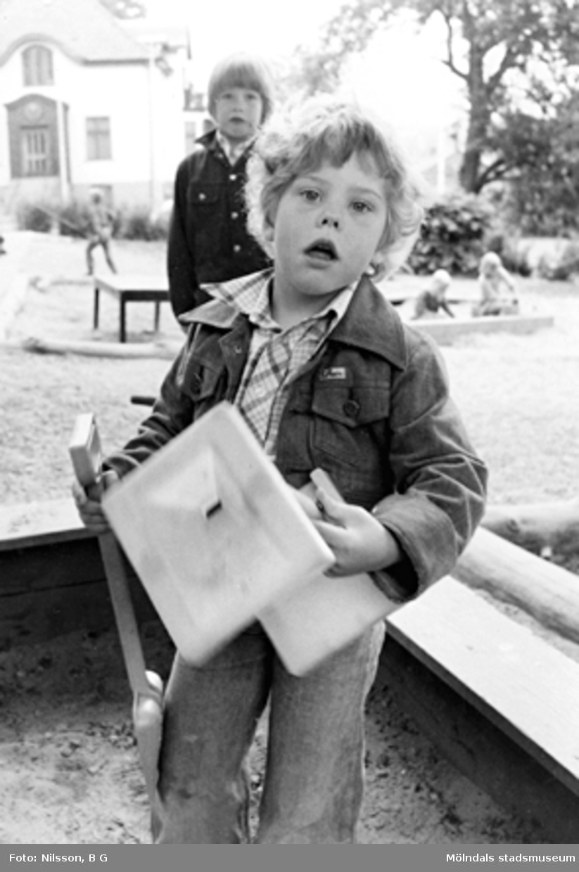 Två barn som leker i sandlådan. Holtermanska daghemmet 1973.
