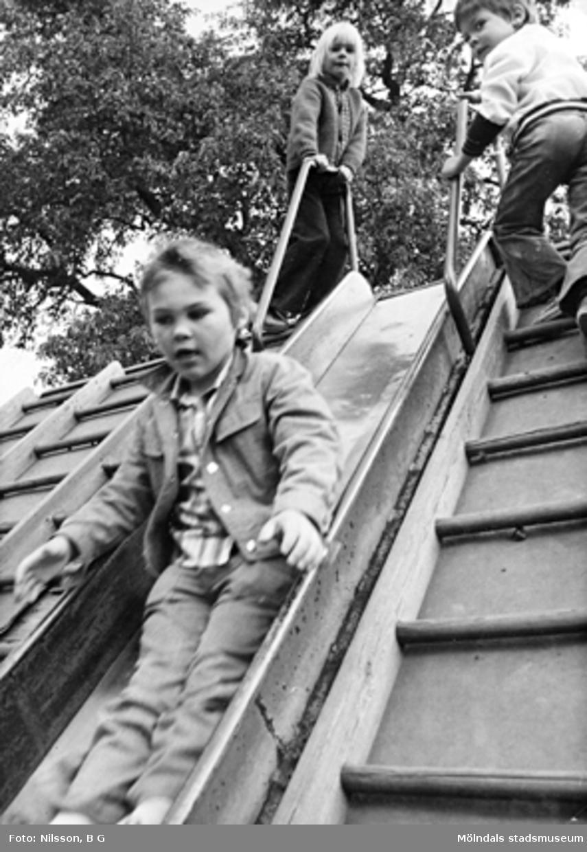 Barn som leker i rutschbana. Holtermanska daghemmet juni 1974.