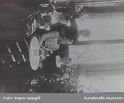 "Text på fotografiets baksida: ""Jenni Bünsow längst t h"""