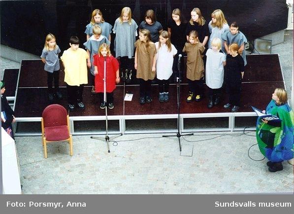 Barnkonventionens 10-årsfirande. Med skolbarn och föreningsliv, som medarrangörer. Se programmet Bild 19 på denna post.