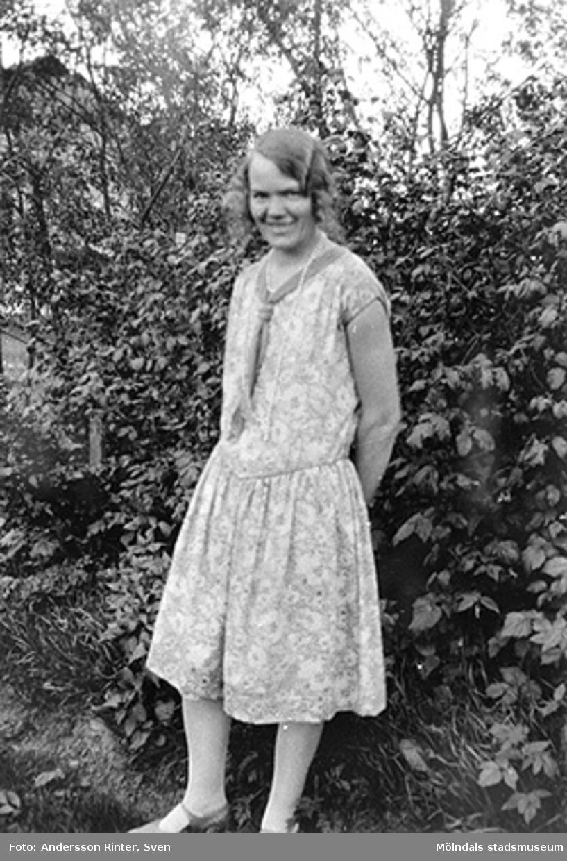 Elin Andersson (gift Bjufwing) fyller 29 år. Står i trädgården vid kvarnen.