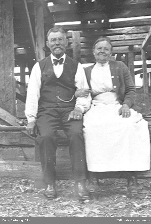 Sven-Petter och Josefina Andersson vid elektriska kvarnen på Göteborgsvägen 14, 1920-tal.