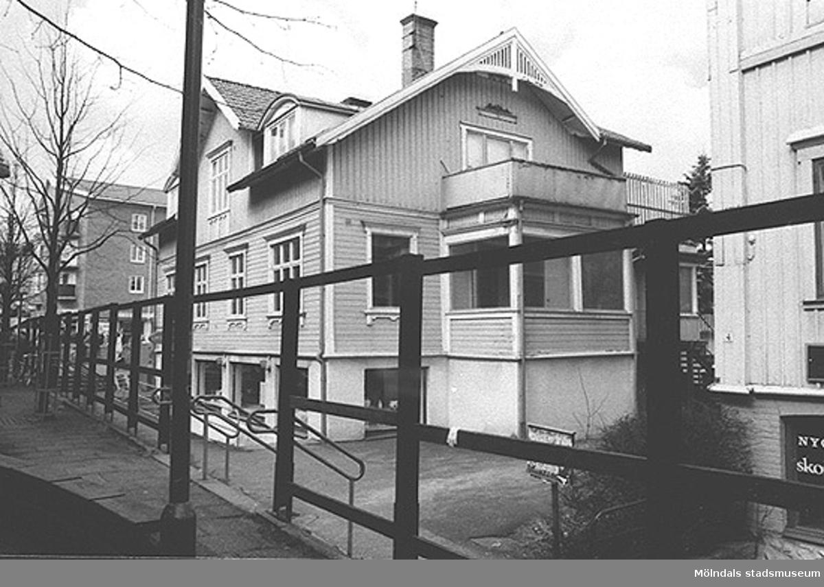 """Huset """"Westanå"""" på Frölundagatan 6 eller Mölndalsbro 52. Tidigare låg Karlssons mjölkcentral här, senare och fram till rivningen låg """"Allehanda"""" glas- och presentaffär (i bottenvåningen). Huset har genom åren ägts av bl.a familjen Kristoffersson x 2 (möbelaffären vid Kvarnbygatan). Dessförinnan fanns i första våningen doktor Harald Sandströms mottagning. Han var även skolläkare i Centralskolan/Kvarnbyskolan och förflyttade sig under en tid med en engelsk bil, Jowett Javelin. Märket är sedan 1950-talet saligen insomnat. Se även 1992_0459."""